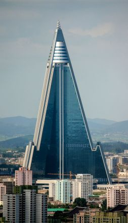 1200px-ryugyong_hotel_-_august_272c_2011_28cropped29